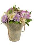Bukett av blommor i en korg Arkivbild