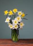 Bukett av blommor i en vas av exponeringsglas arkivbild