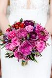 bukett av blommor i h?nderna av bruden royaltyfri bild