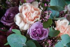 Bukett av blommor i lila-lilor f?rg royaltyfri bild