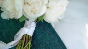 Bukett av blommor med vita pioner stock video