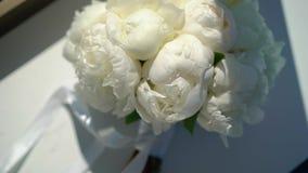 Bukett av blommor med vita pioner lager videofilmer