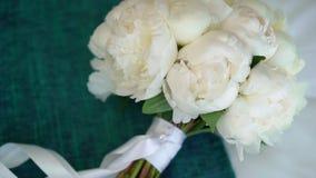 Bukett av blommor med vita pioner arkivfilmer