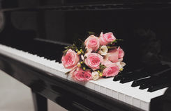 Bukett av blommor och pianot Royaltyfria Foton