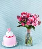 Bukett av blommor och tårtan Arkivbilder