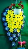 Bukett av blommor på en vägg Arkivfoton