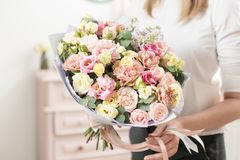 Bukett av delikat pastellfärgad färg härlig lyxig grupp av blandade blommor i kvinnas hand arbetet av blomsterhandlaren på a fotografering för bildbyråer