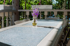 Bukett av den purpurfärgade vildblommaklockblomman i en vas och att stå på en blått- och vittabell i en lantlig stil, solig dag Royaltyfria Foton