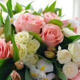 Bukett av försiktiga blommor med rosor royaltyfri foto