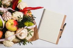 Bukett av frukter, grönsaker och champinjoner Royaltyfri Foto