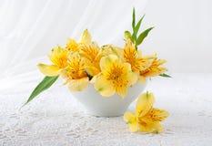 Bukett av gula blommaställningar på en tabell Royaltyfri Foto