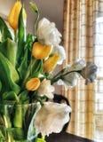 Bukett av gula blommor på tabellen royaltyfri fotografi