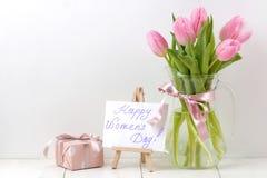 Bukett av härliga rosa tulpanblommor i en vas på en vit trätabell Vår ferier lyckliga kvinnors för text dag fritt avstånd fotografering för bildbyråer