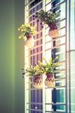 Bukett av konstgjorda blommor på vasen på fönstret, Arkivfoton