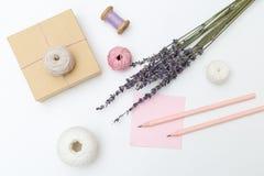 Bukett av lavendel- och gåvaasken på en vit bakgrund Lekmanna- lägenhet arkivfoton