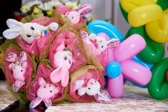 Bukett av leksaker Bukett av gulliga välfyllda kaniner royaltyfri foto