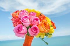 Bukett av mångfärgade rosor för bröllopceremoni Arkivbild