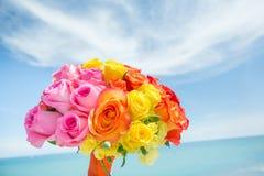 Bukett av mångfärgade rosor för bröllopceremoni Arkivbilder