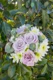 Bukett av naturliga blommor med rosor arkivfoton