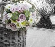 Bukett av naturliga blommor med rosor royaltyfri fotografi