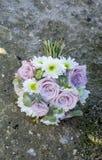 Bukett av naturliga blommor med rosor arkivbild