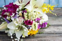 Bukett av omväxlande blommor royaltyfri bild