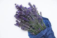 Bukett av purpurfärgad lavendel som slås in i papper på vit bakgrund Royaltyfria Foton