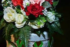 Bukett av röda och rosa rosor för vit, Arkivbild