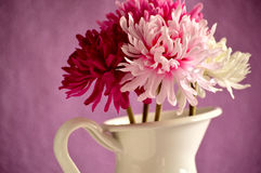 Bukett av röda, rosa och vita blommor i en vas för vit metall Royaltyfria Bilder