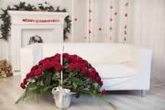 Bukett av röda rosor i en korg royaltyfri bild