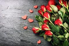Bukett av röda rosor med dekorativ hjärta St-valentin conce Arkivfoton