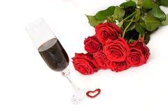 Bukett av röda rosor med vin Arkivfoton