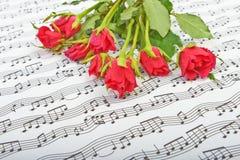 Bukett av röda rosor på en bakgrund Royaltyfria Bilder