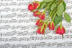 Bukett av röda rosor på en bakgrund Fotografering för Bildbyråer