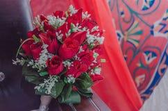 Bukett av röda rosor på en bakgrund av prydnaden - Augustus 14, 2015 Fotografering för Bildbyråer