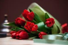 Bukett av röda tulpan på en tabell Arkivfoto