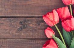 Bukett av röda tulpan på träbakgrund med utrymme för text Fotografering för Bildbyråer