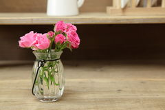 Bukett av ro i en glass vase Royaltyfria Foton