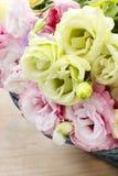 Bukett av rosa färg- och gulingeustomablommor Arkivfoto