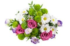 Bukett av rosa rosor för blommor, vita krysantemum med gröna sidor på vit bakgrund isolerat slut upp royaltyfri fotografi