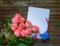 Bukett av rosa rosor med en förälskelsebokstav Royaltyfri Fotografi