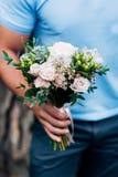 Bukett av rosa rosor och eukalyptuns i händerna av män royaltyfria foton