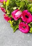 Bukett av rosa rosor och gerbers arkivbilder