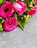 Bukett av rosa rosor och gerbers royaltyfria bilder