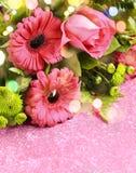 Bukett av rosa rosor och gerbers arkivbild