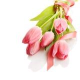 Bukett av rosa tulpan med ett rosa band Arkivbild