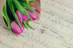 Bukett av rosa tulpan med musikaliska anmärkningar Royaltyfria Bilder