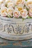 Bukett av rosor i keramisk kruka royaltyfria bilder