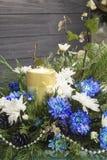 Bukett av rosor, murgrönan, en och stearinljuset Krysantemum och stearinljus, jul Royaltyfri Fotografi