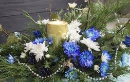 Bukett av rosor, murgrönan, en och stearinljuset Krysantemum och stearinljus, jul Arkivbild